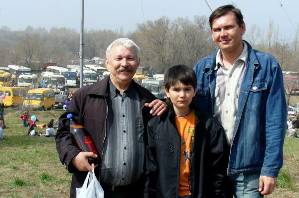 Александр Савинков (UA4CAU) с коллегой по работе и юным дарованием.