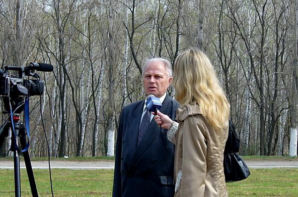 Интервью телевидению даёт первый инструктор Ю.А. Гагарина