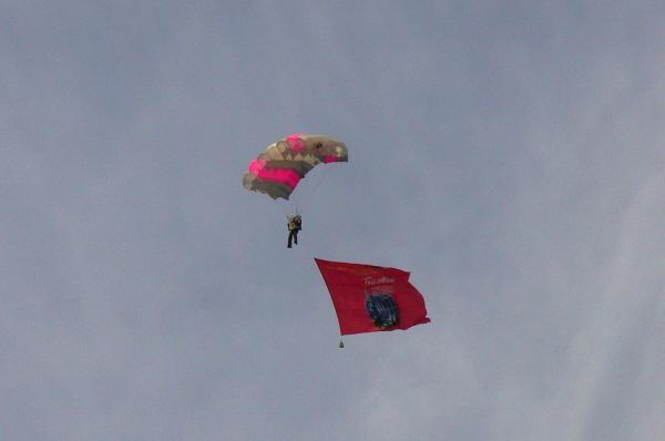 В небе расцвели разноцветные парашуты