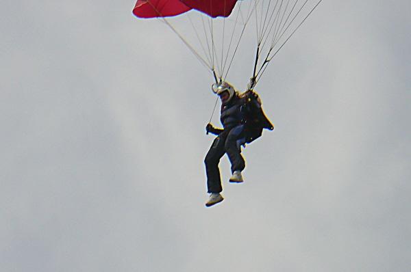 Одни парашутисты плавно снижались, а другие зависли в воздухе